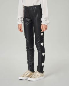 Leggins neri in ecopelle con bande in maglia e cuori bianchi applicati 8-15 anni