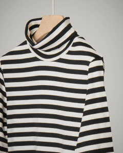T-shirt a righe bianche e nere con collo alto 44