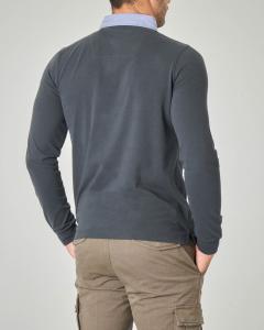 Polo manica lunga grigio antracite con colletto azzurro