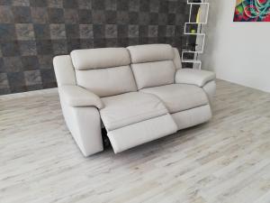 RAFE - Divano relax 3 posti in pelle grigio chiaro con meccanismi recliner elettrici