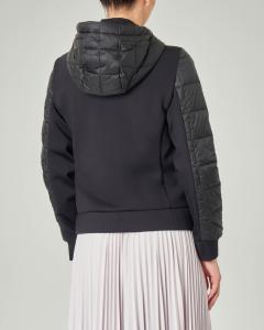 Piumino corto nero in tessuto combinato con cappuccio