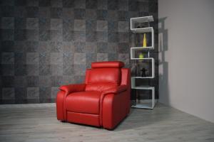NOBLE - Poltrona relax in pelle di colore rosso. con recliner elettrico e poggiatesta regolabile.