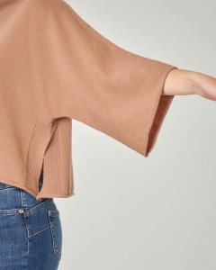 Maglia in lana color cammello con collo in piedi e maniche tre quarti a kimono