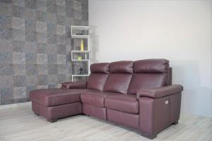 VINAL - Divano relax con chaise longue in pelle color vinaccia a 3 posti di cui uno con movimento recliner elettrico.