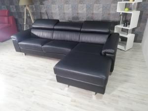 JALEN - Divano angolare nero in pelle con chaise longue a 4 posti maggiorati con poggiatesta regolabili e piedini cromati lucidi dal design moderno