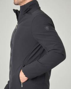 Giacca nera con cappuccio staccabile in tessuto softshell