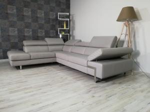 Divano ad angolo in pelle di colore grigio a 5 posti maggiorati con poggiatesta e bracciolo regolabili e piedini in ferro cromato lucido – Design moderno