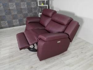 KOLE - Divano relax 3 posti in pelle di colore amaranto dotato di meccanismi recliner elettrici