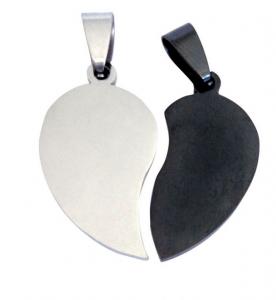 Pendente cuore spezzato in acciaio e nero cm.1,6x3x0,2h