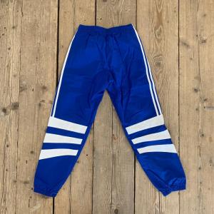 Pantalone Adidas in Nylon Lungo Blu con Strisce Bianche