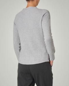 Maglia grigio perla in misto viscosa con collo in piedi e spacchetti laterali
