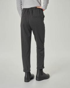 Pantaloni gessati dritti con elastico in vita e risvolto sul fondo