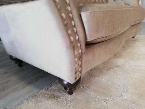 MARTIE - Divano Chesterfield modello Baxter tortora chiaro in tessuto microfibra effetto velluto a 2 posti con base e piedini in legno - offerta pronta consegna