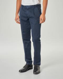 Pantalone chino blu in gabardina lavata con una pinces