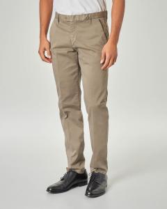 Pantalone chino color kaki in raso di cotone stretch