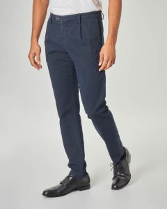 Pantalone chino blu micro-fantasia con una pinces