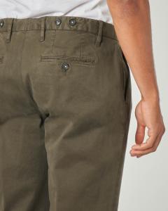 Pantalone chino verde militare in gabardina lavata con una pinces