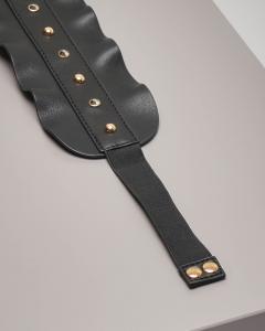 nuovo prodotto 7fe7a ab96d Cintura nera in ecopelle con volant e borchie dorate applicate ...