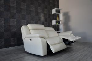 NIC - Divano relax 3 posti in pelle color crema con meccanismi recliner elettrici - schienale alto e poggiatesta imbottiti