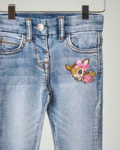 Jeans in cotone elasticizzato con ricamo cerbiatto sul davanti 9-36 mesi