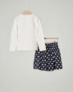 Completo maglia bianca manica lunga in cotone elasticizzato con ricami a contrasto e gonna a pieghe blu a pois 2-6 anni