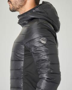Piumino nero con cappuccio e zip termonastrata