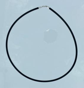 GIROCOLLO IN CAUCCIU' CON CHIUSURA A MOSCHETTONE IN ORO BIANCO 18KT