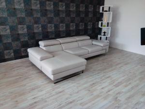 JAMAR - Divano con chaise longue a 4 posti rivestito in pelle grigio chiaro dotato di poggiatesta e braccioli regolabili e piedini cromati lucidi dal design moderno
