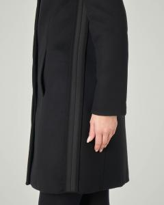 Cappotto nero in panno di lana con collo alto