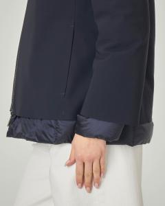 Piumino corto blu liscio effetto matt con inserti in tessuto trapuntato e cappuccio fisso