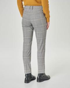 Pantaloni lunghezza alla caviglia a fantasia Principe di Galles bianco e nero con righina cammello