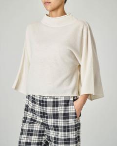 Maglia in lana color avorio con collo in piedi e maniche tre quarti a kimono