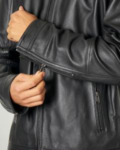 Giacca nera in pelle con colletto a coreana