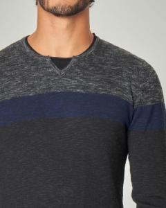 Maglia grigio antracite e blu melange con collo a serafino e finta t-shirt