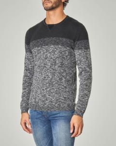 Maglia grigio melange con collo a serafino e finta t-shirt