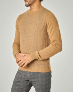 Maglia girocollo color cammello con pannello frontale traforato