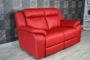 CRISPIN - Piccolo divano in pelle di colore rosso a 2 posti