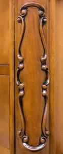 Cómoda abombada en madera maciza tallada
