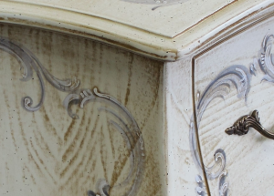 Cómoda abombada color marfil envejecido y decoración