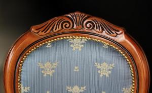 Silla clásica con tallas en madera