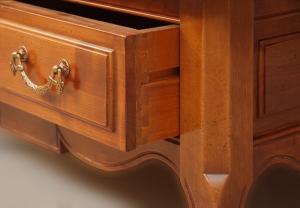 Mesa de centro cuadrada con incrustaciones y cajón