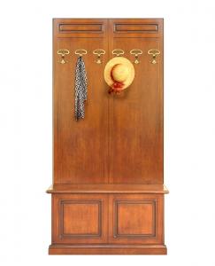 Caja de almacenaje y perchero de pared por el recibidor