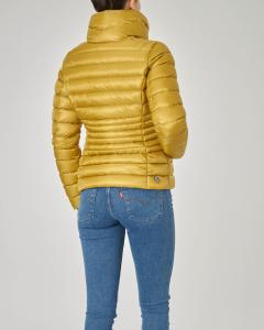 Piumino corto molto sfiancato giallo effetto lucido con collo alto