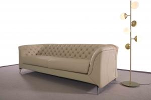 DEONNE - Divano moderno tipo Chesterfield 4 posti in pelle di colore perla e piedi in metallo cromo