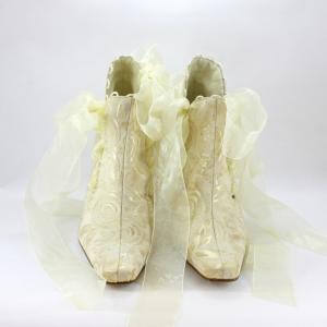 Stivaletto cerimonia donna, sposa realizzato in tessuto di broccato con lacci in organza
