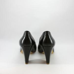 Scarpa cerimonia donna in pelle nera con applicazione bottone.
