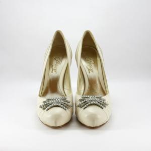 Scarpa elegante cerimonia donna in pelle avorio con applicazione cristalli.
