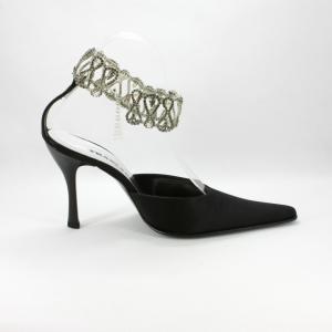 Scarpa cerimonia donna in raso nero con punta sfilata e cavigliera gioiello.