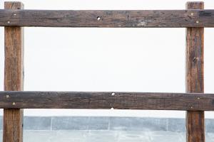 Recinzione H 125 cm con pali e tavole ricavate da traversine ferroviarie