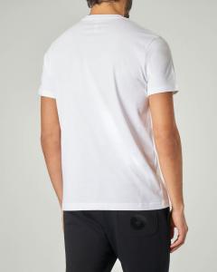T-shirt bianca con logo bollo verde sulla manica
